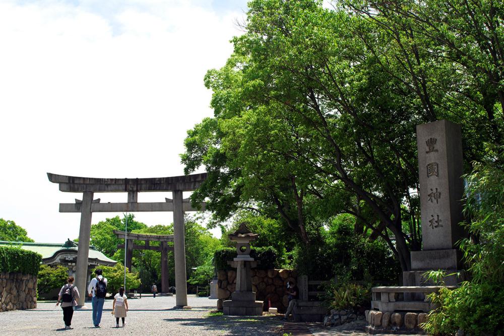 豊国神社の前
